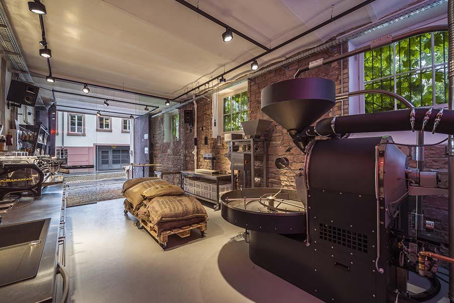 Kaffeerösterei mit Kaffeemühle und LaMarzocco Espressomaschine