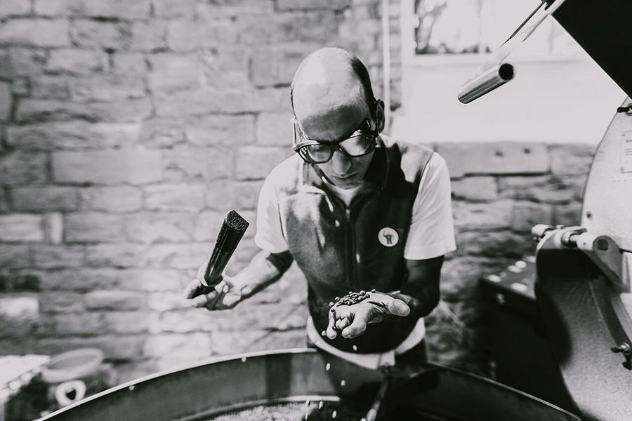 Florian Steiner röstet Spezialitätenkaffee. Fotografiert von Mario Andreya